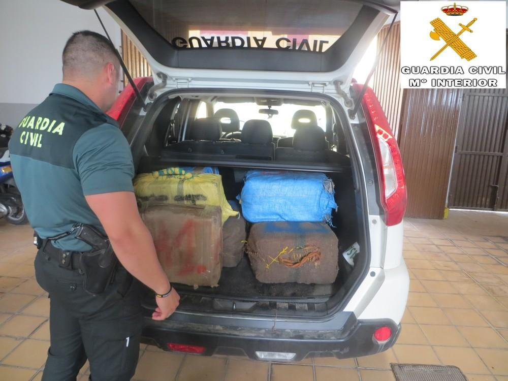 La Guardia Civil intercepta una embarcación con 417 kilos de hachís en Adra