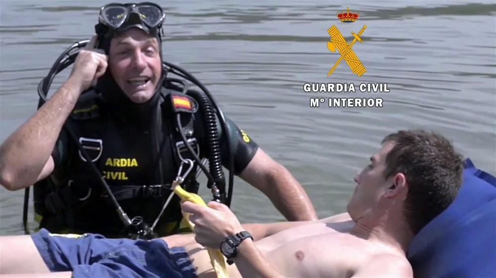 La Guardia Civil interviene una moto acuática implicada en un accidente en Roquetas de Mar